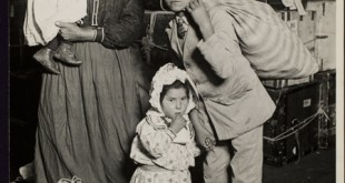 Lewis W. Hine, famiglia italiana aspetta i bagagli a Ellis Island Transfer from Photo League Lewis Hine Memorial Committee; ex-collection of Corydon Hine. © George Eastman House Collection.